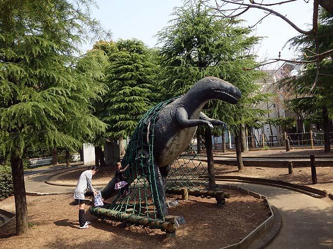 北沼公園(東京葛飾区)恐竜に登って遊んだり月面歩行(ムーンウォーク)が楽しめる個性豊かな公園です