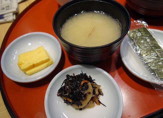 まぐろ一代 エキュート上野店(東京)お寿司屋さんのワンコイン朝食3種類からまぐろ山かけ定食をチョイス