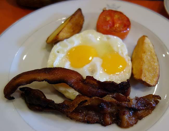 マジェスティック スイート ホテル(タイバンコクナナ)この4000円台激安やのに朝食までついてくるとはね