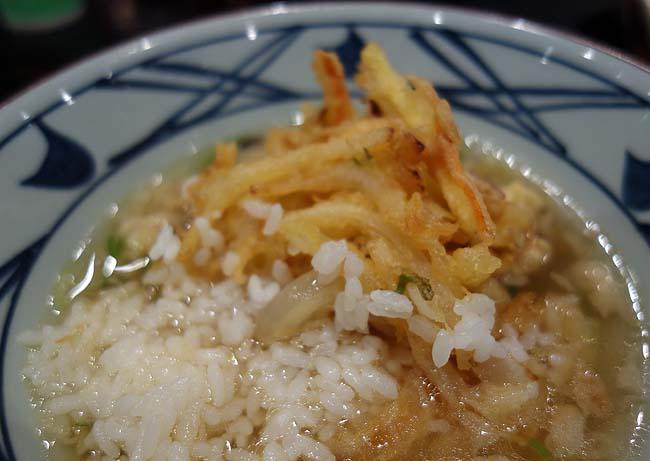 丸亀製麺 イオン札幌桑園店(北海道)でっかいかき揚げを使って天茶漬けアレンジ♪ぶっかけうどん