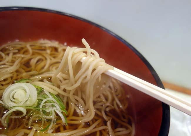 おくとね(東京)新橋駅前ビル地下飲食街にある老舗立ち食い蕎麦店で「かけそば」