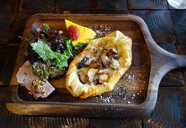 燻製とコンフィ Perle[ペルル](北海道すすきの)スモークチキンのパイプレート