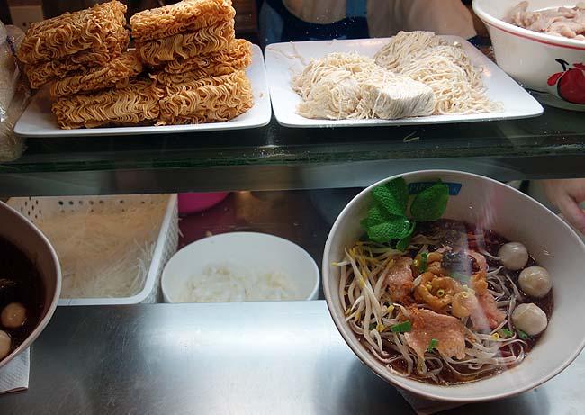 ターミナル21(タイ・アソーク)バンコクナンバー1充実フードコート1で細いビーフンのような豚肉入り汁ありクイッティアオ