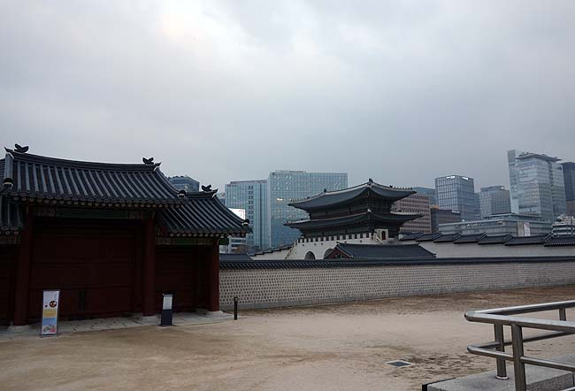 韓国ソウル観光の定番「明洞」へ!しかし10種類以上ものおかずがつく豚プルコギ定食はさすがだ