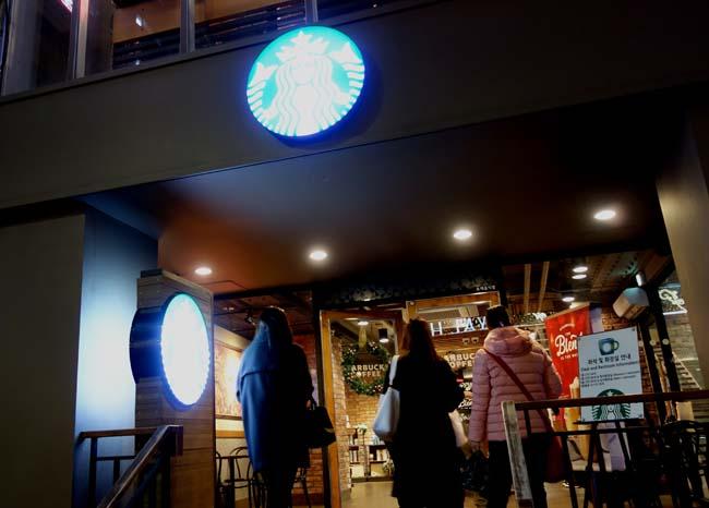 韓国ソウル観光の定番「明洞」も夜の屋台がいっぱい!しかし何も食わずにどうするねん?