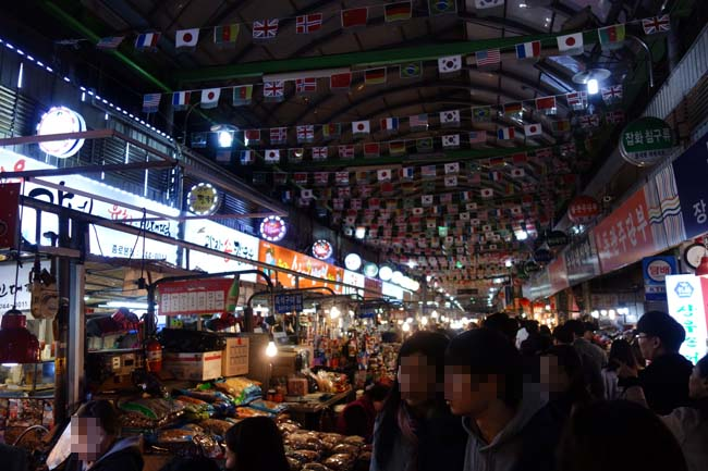 広蔵市場の雰囲気は日本では味わえないね♪そして渡り蟹醤油漬けと生レバーの贅沢晩酌♪