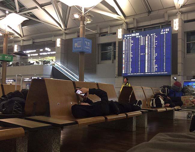 今日の宿泊は仁川空港出国カウンター前で雑魚寝・・・今回の旅は色んな宿泊がでけた♪