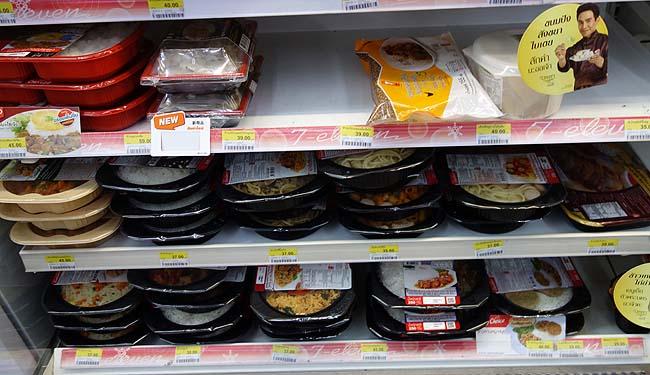 タイ・バンコクで食べる初めての食事はセブンイレブンの弁当?果たして日本との違いは?