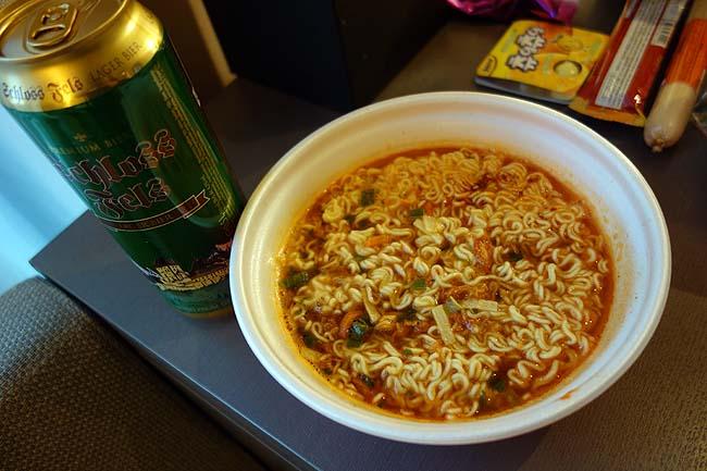 4つ星「新羅ホテル」で食うもんは激安スーパーで買った安もの食品で。。。貧乏人にはこれがお似合いだ
