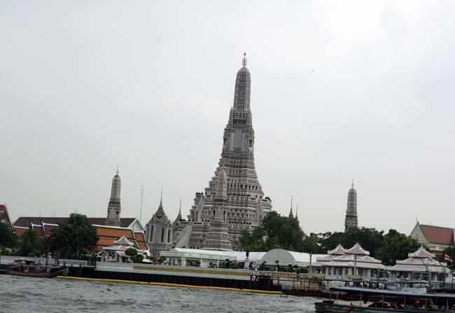 ワット・アルン(タイ)バンコクの建築物の中でも暁の寺と呼ばれるこの仏塔は絶対に見ておくべきですね