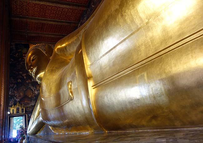バンコク観光の定番王宮めぐり♪まずは「ワットプラケオ」と「ワット・ポー」~黄金の巨大涅槃像はさすがだ