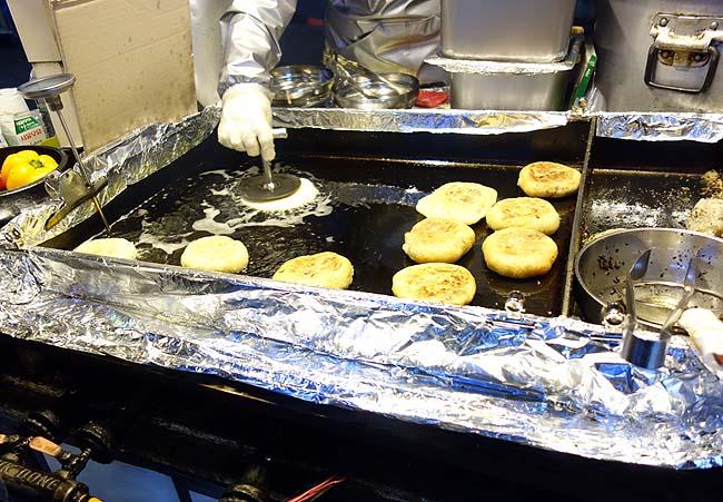 南大門屋台グルメ 野菜ホットク(韓国ソウル)熱々揚げたてのこの味には衝撃を受けました