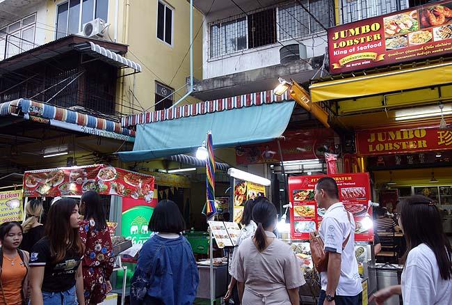 バンコク・ヤワラートの出店で「油条とパンダン・椰子のソース」のセットを購入しホテルでいただく