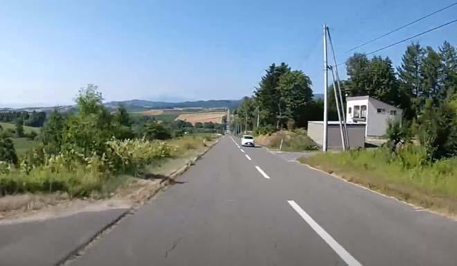 【スズキエブリイ北海道車中泊夏旅】この高低差のある一直線道路は車旅・バイク旅では是非一度体感してほしい[ジェットコースターの路]美瑛