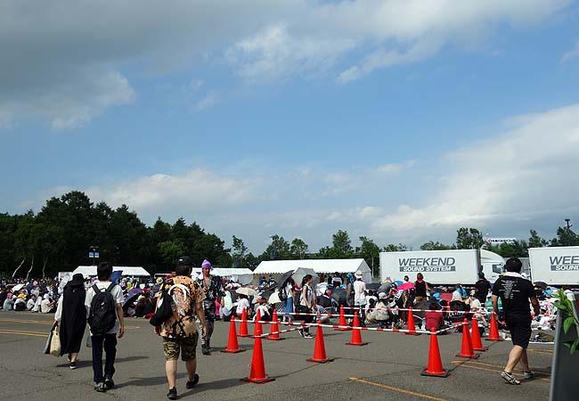 GLAYフリーライブ会場発表「千歳アウトレットモール・リラ駐車場」慌てず騒がす移動します