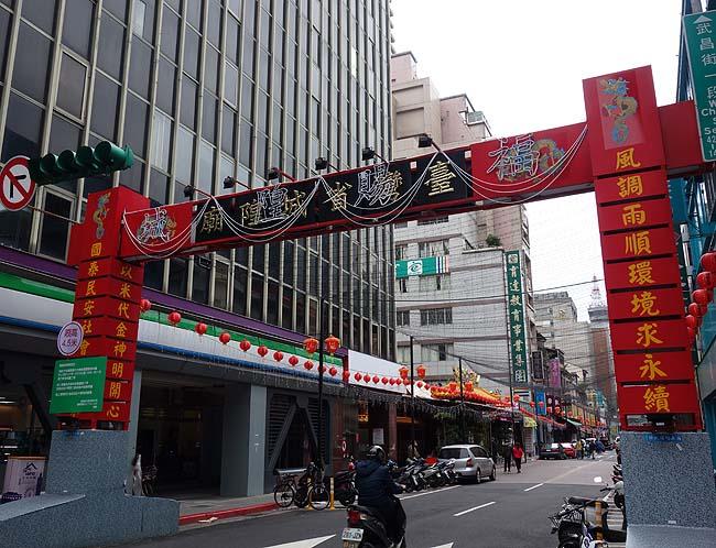 除夕(旧正月の大晦日)は台北中心地は閑散としたもの・・・台湾一人旅で利用しやすい台北駅前の牛肉麺