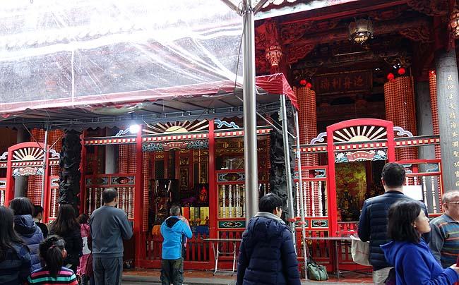 ドミトリーの朝食は種類いっぱい!「龍山寺」は旧正月明け初詣客でとんでもない賑わいだ
