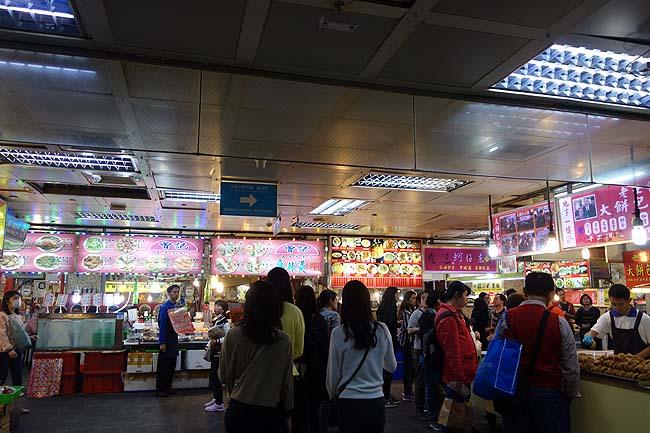 台湾最後の夜はやはりメジャーな「士林夜市」へ♪夜市めぐりではここの地下でビール呑むのが一番落ち着くわ