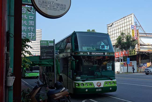 これホンマにバスの中か?フカフカゴージャスリクライニングソファーで高雄から台北へ帰還