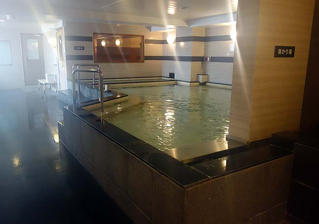 日本のカプセルホテルは綺麗で大浴場あるんがええよね♪そしてこの旅初の芸能人を発見!
