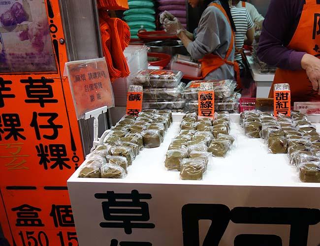 九份名物行列テイクアウトグルメの草餅♪「阿蘭草仔粿」で菜蒲米[切り干し大根入り](台湾)