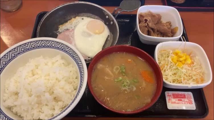 【吉野家で朝からお腹いっぱいになれる朝食は?】ごはんの大盛りもおかわりも無料の定食の中でも一番色んな味がいただける頼み方