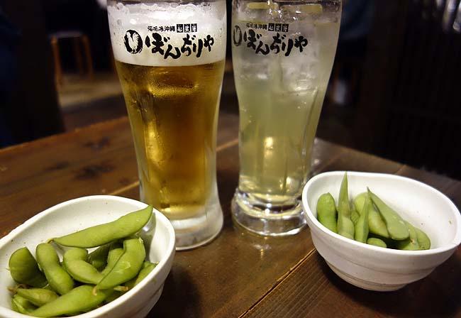 久しぶりに1人ぼっちでない食事だ♪100円ビールを呑みつつ沖縄料理をいただく那覇の夜