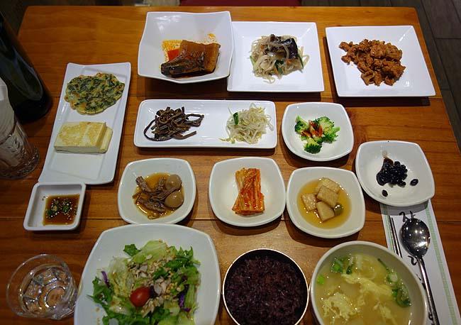 江南の家庭式韓定食店「チャルチャリョジンパッサン」15種類以上のおかずがずらりと並ぶのは圧巻!(韓国ソウル)