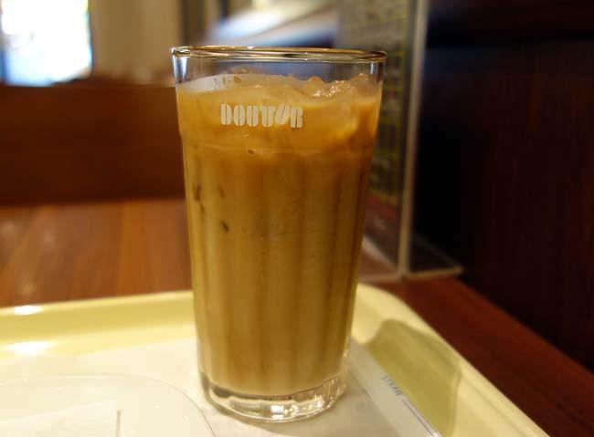 ドトールの朝カフェセット「スモークチキンと半熟たまご」をアイスカフェラテで
