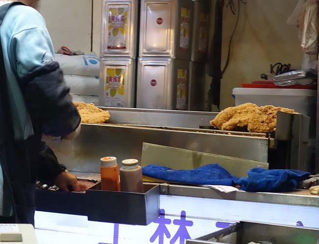 士林夜市屋台名物の顔の大きさくらいあるジャンボフライドチキン 豪大大鶏排 士林總店[台湾台北]