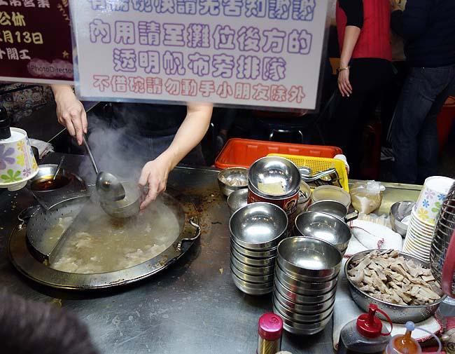 「豬肝榮仔」あのミシュランビルグルマンを獲得した屋台でガツ肝スープ「寧夏路夜市」台湾台北