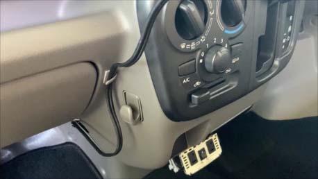 【スズキ・エブリイを車中泊カスタム】走行中の充電体制などフロントパネルパネル回り電装品~1000円FMトランスミッターとダイソー300円スマホホルダ