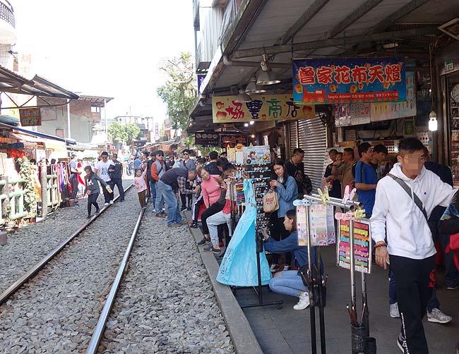 台湾ランタン飛ばしで有名な街「十分」は電車がすぐ脇を通り抜ける迫力が圧巻だ