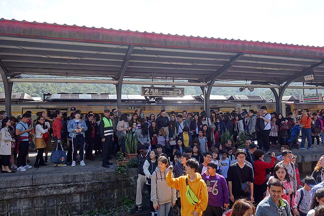 天気予報は晴れ!台湾旅も遠出いたしましょう!ローカル鉄道を乗り継いでランタンで有名な「十分」へ