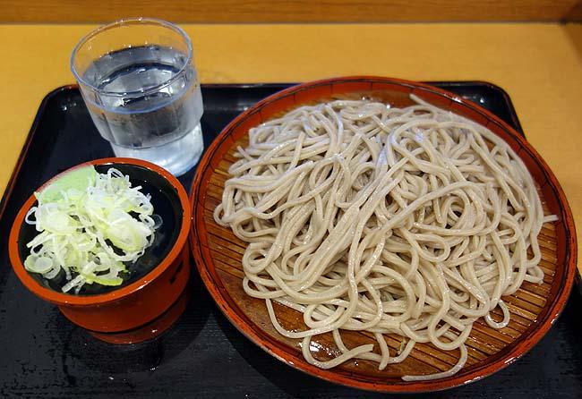 新橋駅烏森改札出てすぐにある立ち食いそばタイプ「かのや」東京【もりそば300円】