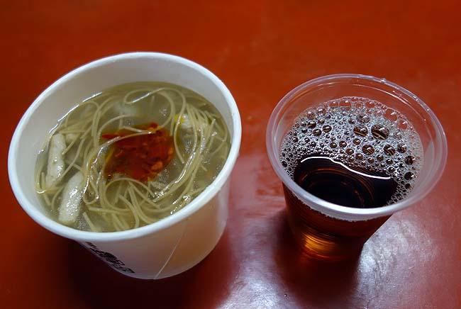 台湾の珍寺「金剛宮」では旧正月もあってか無料のふるまい食事を提供くださりました(台北の北方)
