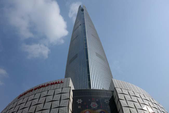 超高層ビルランキング第6位「第2ロッテワールドタワー」過去見た中で一番高いビルを見上げる(韓国ソウル)