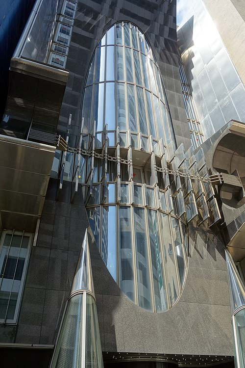 「東京元赤坂ビル」メタリックなデザイン性の高い外観が目を引く珍建築