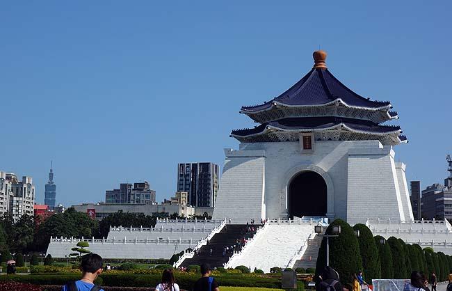 微動だにしない衛兵が突然動き出す交代式は台北観光の見もの!「中正紀念堂」(台湾)