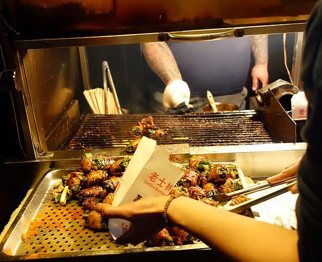 士林夜市の大行列店「老士林蕭記碳烤肉捲」12元と安い炭火豚肉葱巻き(台湾台北)
