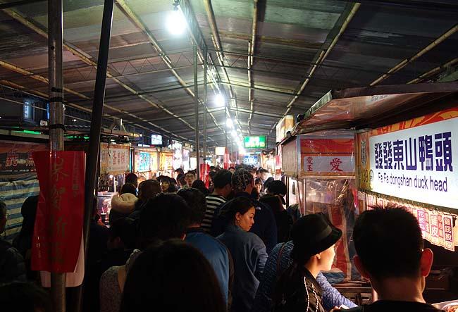 台北駅から歩いて行けるメジャーな「寧夏路夜市」へ(台湾)休みが多い旧正月2日