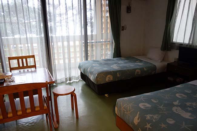 本日の宿は沖縄綺麗な砂浜が目の前のコンドミニアム♪しかし1人3000円と激安です