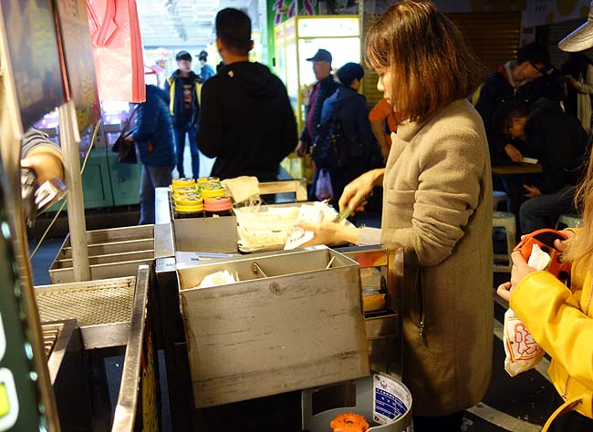 阿剛黄金爆漿鶏腿捲「饒河街觀光夜市」(台湾)鶏皮巻きを炭火で焼いたものは絶品の旨さ!