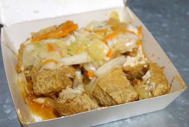 初の揚げられた臭豆腐に挑戦!その味は?王記「寧夏路夜市の屋台」台湾台北