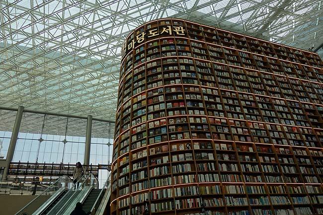 高さ13mもある書棚に5万冊の蔵書は見上げて圧巻!珍風景「ピョルマダン図書館」韓国ソウル江南