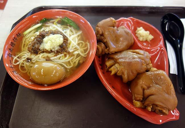 「台南担仔麺」台北駅2F台湾夜市フードコートで担仔麺と豚足煮込みセット(微風台北車站)