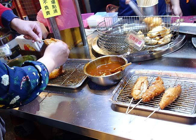 「高雄旗魚黑輪」めっちゃ行列できてました魚のすり身を揚げた串~板橋湳雅觀光夜市(台湾新北市)