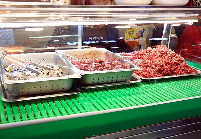 タレユッケ(ソウル広蔵市場)日本じゃ食えなくなった生肉・・・生レバーを大量にテイクアウト!