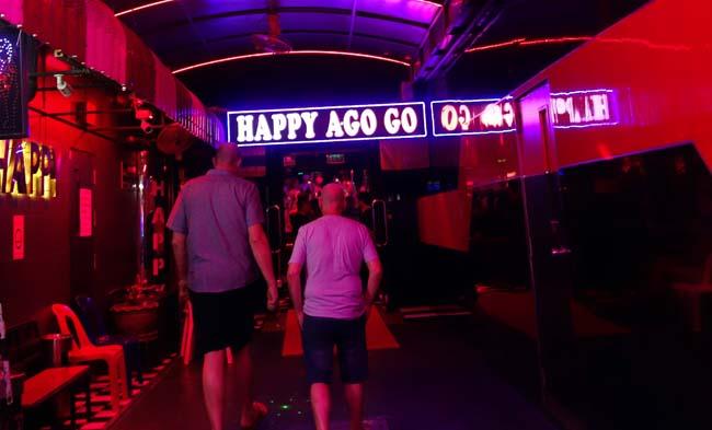 パタヤ・ウォーキングストリートのゴーゴーバー2軒をはしごしてみた【Baccara】【Happy A Go Go】人生初のゴーゴーバー