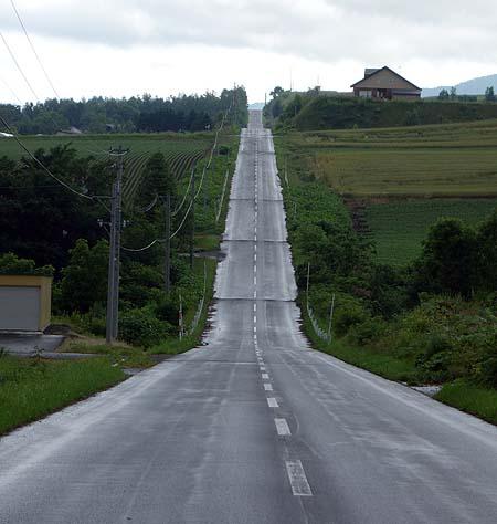 この高低差のある一直線道路は車旅・バイク旅では是非一度体感してほしい「ジェットコースターの路」(北海道美瑛)